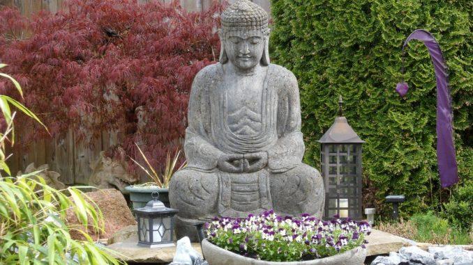 Buddha Statue im Zen Garten