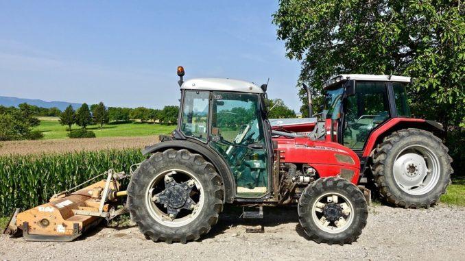 Traktor mit großen Raedern und Radgewichten