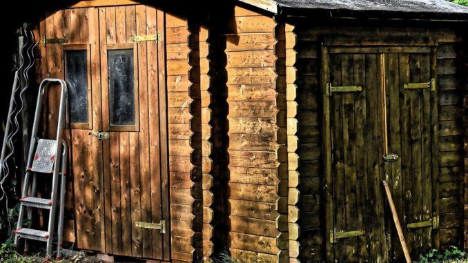 Altes Gerätehaus aus Holz