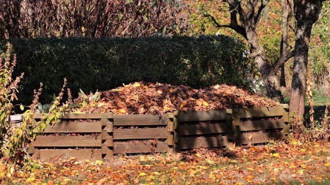 kompost in einem garten im herbst