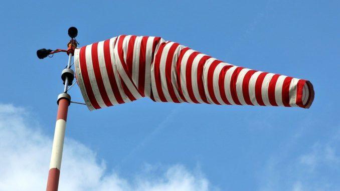 windsack mit mast rot weiß